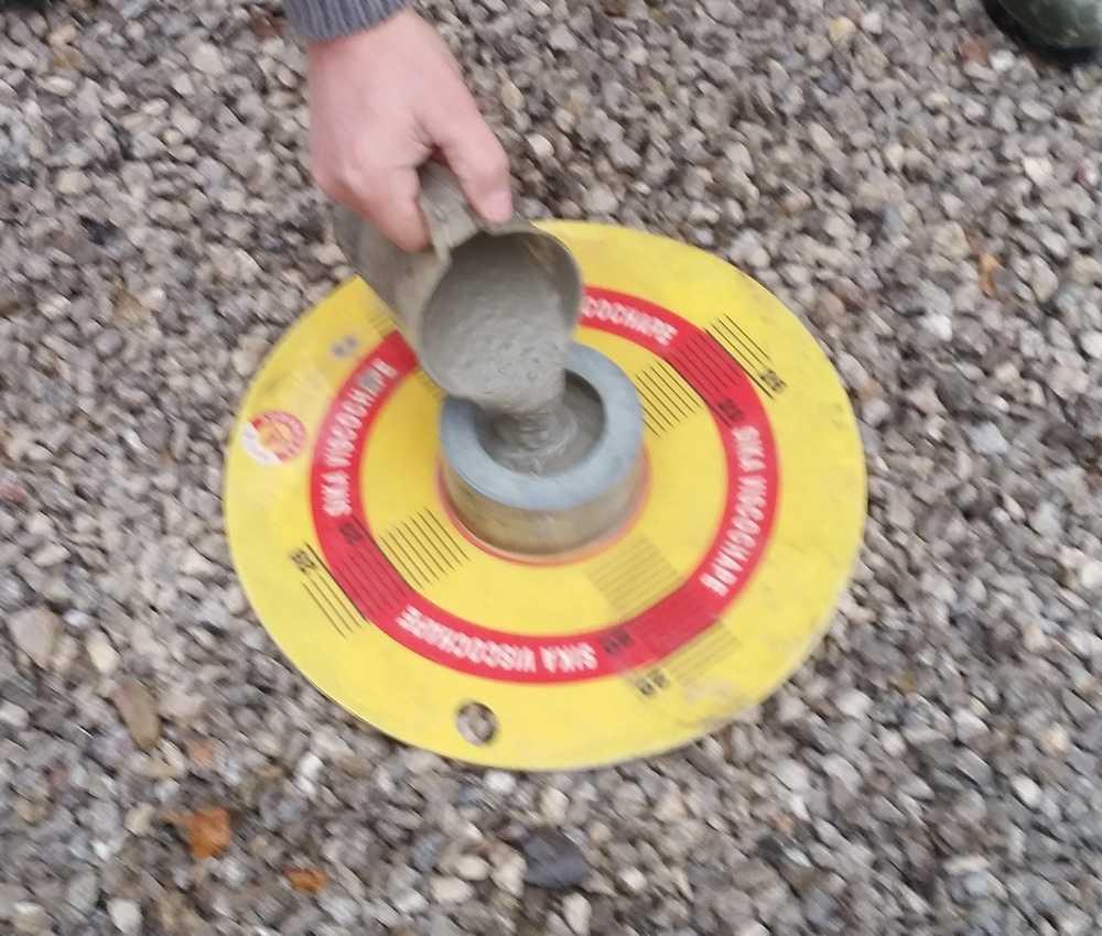 Test de la fluidité de la chape grâce à un étalomètre